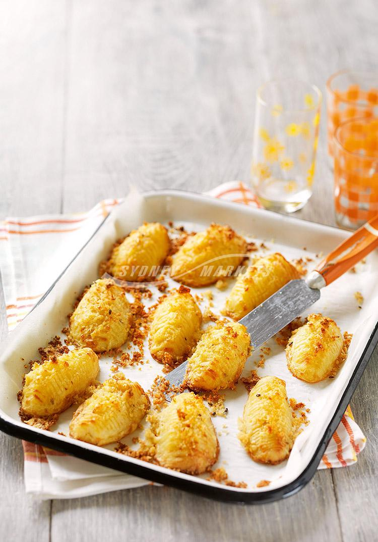 Crunchy potatoes with cheddar cheese crumbs